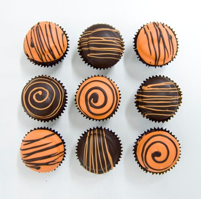 Cupcakes de chocolate y marshmallow de naranja cubierto en chocolate blanco naranja