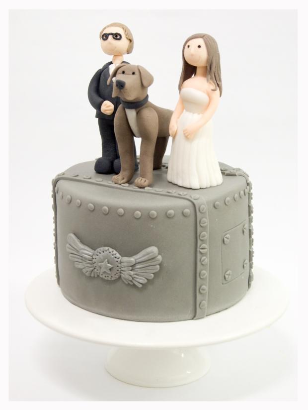Pastel fuselaje avión y pareja de novios